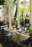 一个放松咖啡馆在庭院里 免版税库存照片