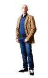 一个救生服和蓝色牛仔裤的中年人 免版税库存图片