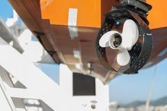一个救生艇前景的推进器在客船的 库存照片