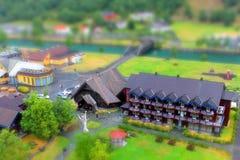 一个教会和一家旅馆的微型看法在Flam 库存照片