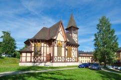 一个教会和游人在Stary Smokovec,斯洛伐克 免版税图库摄影