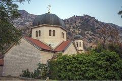 一个教会在欧洲修造了在老镇在深堑侧壁后的科托尔 免版税库存图片