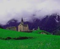 一个教会在瑞士阿尔卑斯山脉 图库摄影
