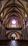 一个教会大教堂的背面图有一个被成拱形的屋顶的,木 库存图片