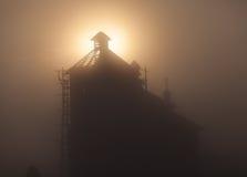 一个教会尖顶的剪影在日落的 图库摄影