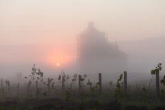 一个教会尖顶的剪影在日落的 免版税库存照片