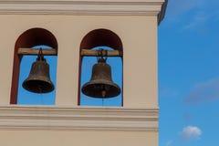 从一个教会的两响铃有天空的 免版税库存图片