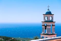 一个教会的塔在海运之上的 免版税库存照片