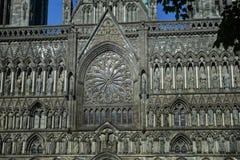 一个教会的灰色墙壁goth样式的与一个圆花窗和雕塑 免版税库存照片