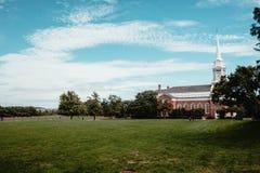 一个教会的美丽的射击一个绿色领域的 免版税库存图片
