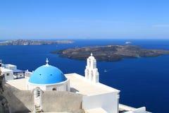 一个教会的蓝色圆顶在Oia,圣托里尼,希腊 库存照片