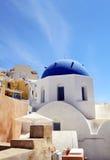 一个教会的蓝色圆顶在Oia,圣托里尼,希腊 库存图片