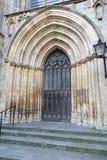 一个教会的西部门有被雕刻的石曲拱的 库存图片