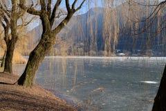 一个整个湖完全地结冰的-湖Endine -贝加莫-意大利 库存图片