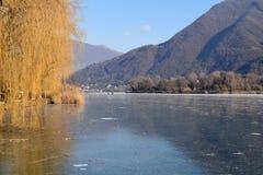 一个整个湖完全地结冰的-湖Endine -贝加莫-意大利 免版税库存照片