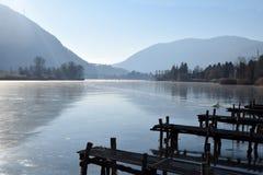 一个整个湖完全地结冰的-湖Endine -贝加莫-意大利 免版税库存图片