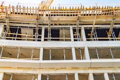 一个整体房子的建筑由具体,具体支持、模板和机架制成 免版税图库摄影