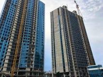 一个整体木屋、大厦、摩天大楼混凝土和玻璃和气体使用一台大起重机的硅酸盐块的建筑 图库摄影