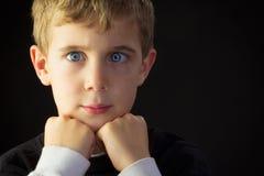 一个斗眼的年轻男孩 免版税库存图片