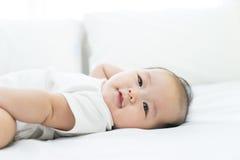 一个新出生的亚裔婴孩的画象在床上的 免版税库存图片