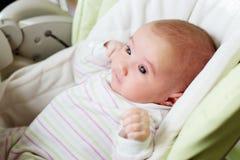 一个新出生的女孩的画象高脚椅子的 免版税库存图片