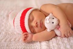 一个新出生的婴孩甜甜地睡觉 免版税库存图片
