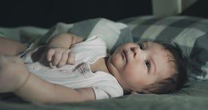 一个新出生的婴孩的电影特写镜头在床上 影视素材