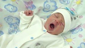 一个新出生的婴孩的画象在医院 股票视频
