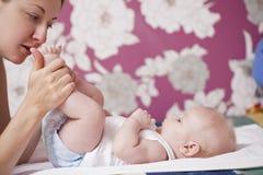 一个新出生的男婴的画象在家 图库摄影