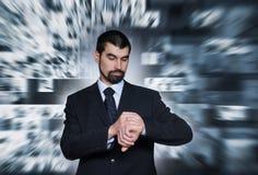 一个新商人检查时间 免版税库存照片