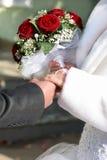 一个新娘和有花束的一个新郎 免版税库存图片
