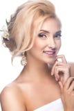 一个新娘的图象的美丽的白肤金发的女孩与 免版税库存图片