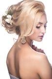 一个新娘的图象的美丽的白肤金发的女孩与 免版税库存照片