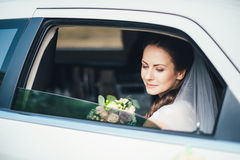 一个新娘的特写镜头画象在车窗里 图库摄影
