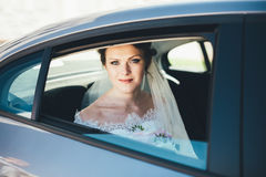 一个新娘的特写镜头画象在车窗里 免版税库存图片