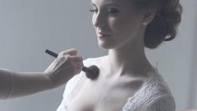 一个新娘的画象婚礼礼服的与花 股票录像