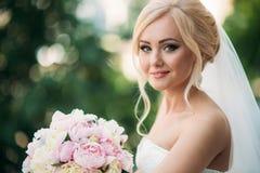 一个新娘的画象婚礼礼服的 新娘礼服在旅馆里 免版税库存图片