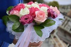 一个新娘的美丽的花束从白色和桃红色玫瑰的 库存照片