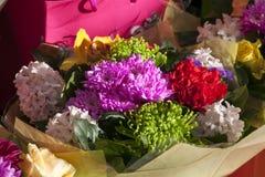 一个新娘,一朵绿色菊花,一朵黄色兰花的花束从白色风信花的 免版税库存照片