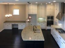 一个新房现代厨房的内部 免版税图库摄影