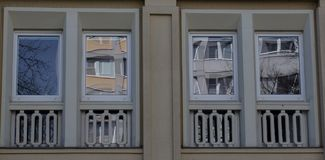 一个新房的两个现代前面玻璃窗 免版税库存照片