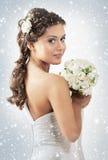一个新新娘在一件空白礼服藏品开花 免版税库存图片