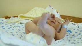 一个新生儿在产科医院 愉快的父母身分 准备好健康的孩子开车回家 充分的HD 影视素材