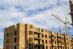 一个新的公寓高大厦的建造场所与塔吊的反对蓝天 住宅区发展 房地产p 库存图片