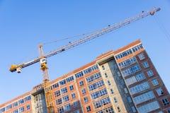 一个新的大厦修建与对塔吊的用途 三角帆 免版税库存照片