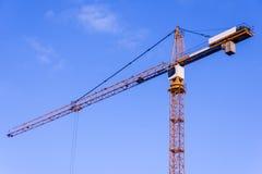 一个新的大厦修建与对塔吊的用途 三角帆 免版税库存图片
