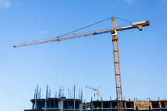 一个新的大厦修建与对塔吊的用途 三角帆 图库摄影