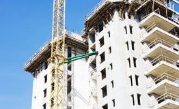 一个新的大厦的建造场所的看法在城市 免版税库存照片