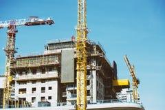 一个新的大厦的建造场所的看法在城市 库存照片