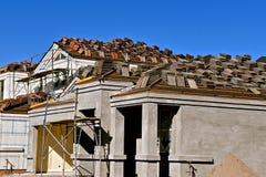 一个新的大厦的脚手架和木瓦建设中 库存图片